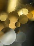 金子,灰色梯度油在水-抽象背景中滴下 免版税库存图片