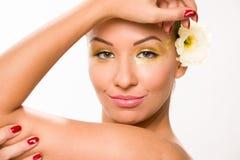 金子组成 有白花的布朗光滑头发美丽的妇女 库存照片