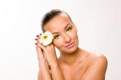 金子组成 有白花的布朗光滑头发美丽的妇女 免版税库存图片