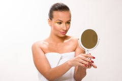 金子组成 看镜子的布朗光滑头发美丽的妇女 图库摄影