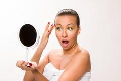 金子组成 看镜子的布朗光滑头发美丽的妇女 免版税库存照片
