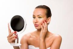 金子组成 看镜子的布朗光滑头发美丽的妇女 库存图片