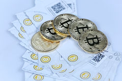 金子Bitcoin和钞票 免版税库存照片