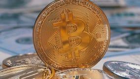 金子Bitcoin硬币、美元BTC和票据转动 股票录像