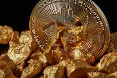 金子Bitcoin硬币和块金特写镜头在黑背景 库存图片