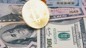 金子Bitcoin硬币BTC转动,扭转,打旋,在表上的转动和秋天与美元 慢的行动 股票录像