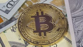 金子Bitcoin硬币Cryptocurrency, BTC在与美元的背景转动 股票视频