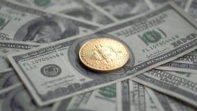 金子Bitcoin BTC铸造转动在100美元票据  全世界真正互联网cryptocurrency和数字式付款 影视素材