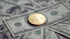 金子Bitcoin BTC铸造转动在100美元票据  全世界真正互联网cryptocurrency和数字式付款 股票录像