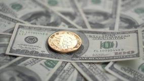 金子Bitcoin BTC铸造转动在100美元票据  全世界真正互联网cryptocurrency和数字式付款 股票视频