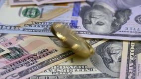 金子Ethereum硬币ETH转动,扭转,打旋,在表上的转动和秋天与美元 慢的行动 股票视频