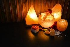 金字塔、碗大块&自然盐灯 喜马拉雅盐 库存照片