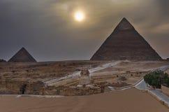 金字塔和吉萨棉在微明下,埃及狮身人面象  免版税库存照片
