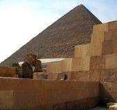 金字塔在埃及的沙漠在吉萨棉 库存图片