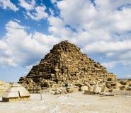 金字塔在天空,开罗,埃及的背景的吉萨棉 免版税库存图片