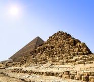 金字塔在太阳的背景的,开罗,埃及吉萨棉 免版税库存图片