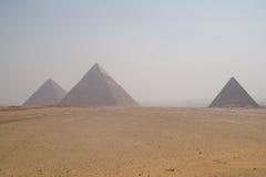 金字塔在开罗附近的吉萨棉在埃及 免版税库存照片