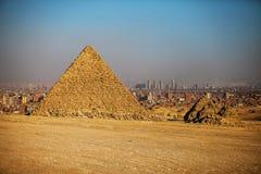 金字塔在日落的开罗在埃及 库存图片