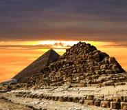 金字塔在日落的背景的,开罗,埃及吉萨棉 图库摄影