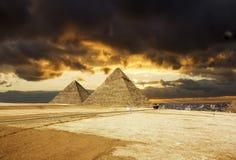 金字塔在日落的背景的,开罗,埃及吉萨棉 库存图片