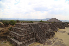 金字塔在特奥蒂瓦坎,墨西哥 免版税库存图片