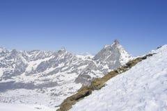 金字塔形峰顶和山脉纯粹峭壁每好日子 图库摄影