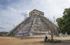 画金字塔的图片人 库存照片