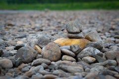 以金字塔的形式河小卵石 库存图片