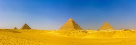 金字塔看法在吉萨棉:女王的金字塔, Menka金字塔  免版税库存图片