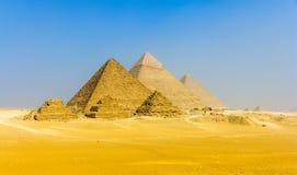金字塔看法从吉萨棉高原的:三座女王的金字塔, 库存照片