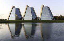 金字塔-现代办公楼 免版税库存照片