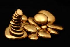 金丰厚的小卵石contemplkation 库存照片