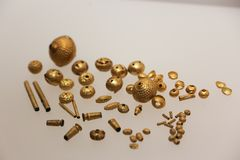 金小珠和辅助部件从老状态在英王乔治一世至三世时期国家博物馆-第比利斯 免版税库存照片