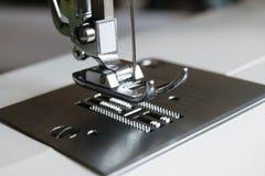 金属一台缝纫机的镀铬物零件 免版税库存图片