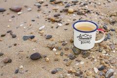 金属上釉了有纯净的自然饮用的贝加尔湖贝加尔湖岸的水在岩石和沙子的旅行杯子  库存照片