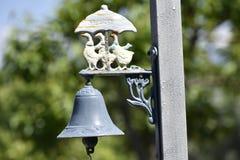 金属乡间别墅的敲门人响铃有鹅的 免版税库存图片