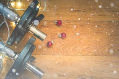 金属健身房重量和圣诞装饰顶视图在木背景 雪覆盖物 库存图片