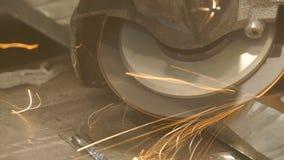 金属切削看见了 金属切削锯切开钢 火花四面八方飞行 影视素材