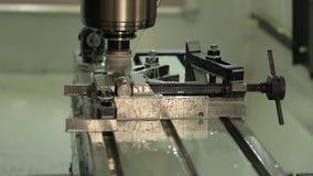 金属切削,人在工厂工作 股票视频