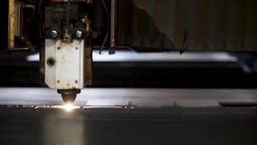 金属切口 火花从激光飞行 夹子 激光切割机技术 工业激光切口处理