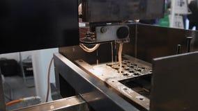 金属切口 火花飞行-处理在产业的激光 库存图片