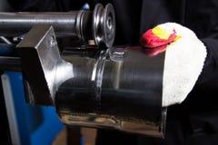 金属制品的生产从不锈钢的 金属工艺机器 在生产的激光 一个人在a做一个金属制品 免版税库存图片