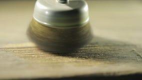 金属刷子转动到干净的老木板 股票视频