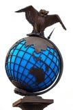 金属化与在白色背景隔绝的世界地球的猫头鹰 免版税图库摄影