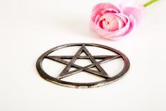 金属化与桃红色花的五角星形在白色背景 免版税图库摄影