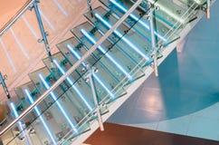 金属化与氖,被带领的背后照明的玻璃楼梯 免版税图库摄影