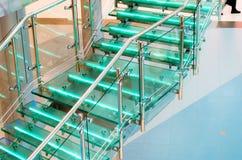 金属化与氖,被带领的背后照明的玻璃楼梯 免版税库存照片