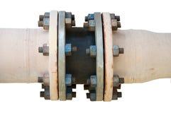 金属化与螺栓的管子耳轮缘在被隔绝的背景,用管道输送在油和煤气产业的线和安装在植物或过程 库存照片
