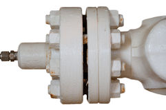 金属化与螺栓的管子耳轮缘在被隔绝的背景,用管道输送在油和煤气产业的线和安装在植物或过程 免版税库存图片