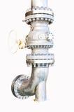 金属化与螺栓的管子耳轮缘在被隔绝的背景,用管道输送在油和煤气产业的线和安装在植物或过程 免版税图库摄影